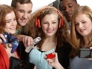 jongeren-met-oude-telefoons-gameconsoles-en-koptelefoon-kopieren